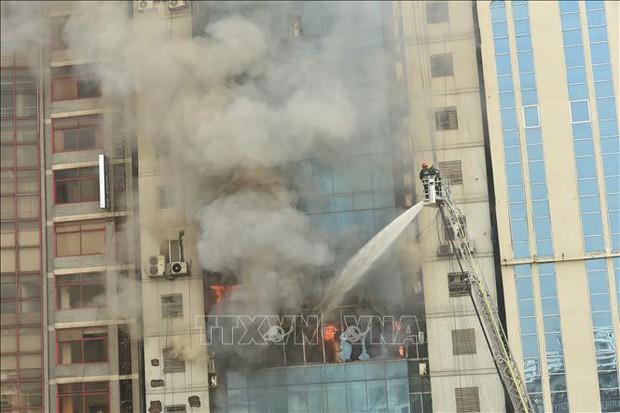 Hỏa hoạn làm 26 người thiệt mạng: Bangladesh bắt giữ các chủ sở hữu tòa nhà FR Tower  - Ảnh 1.