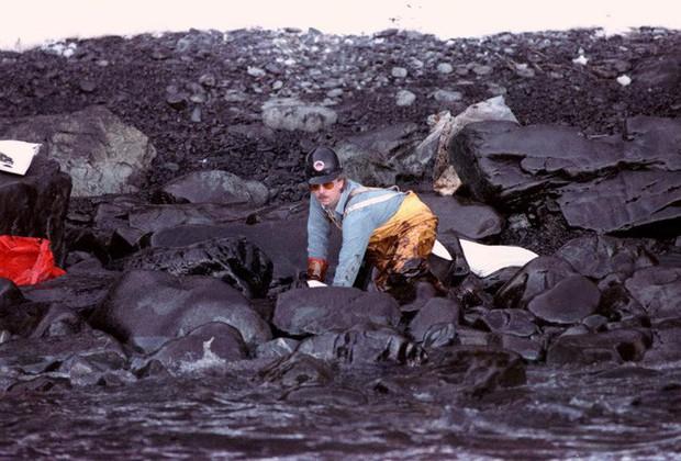Sau 30 năm, những bức ảnh từ thảm họa tràn dầu Exxon Valdez vẫn còn gây ám ảnh - Ảnh 16.