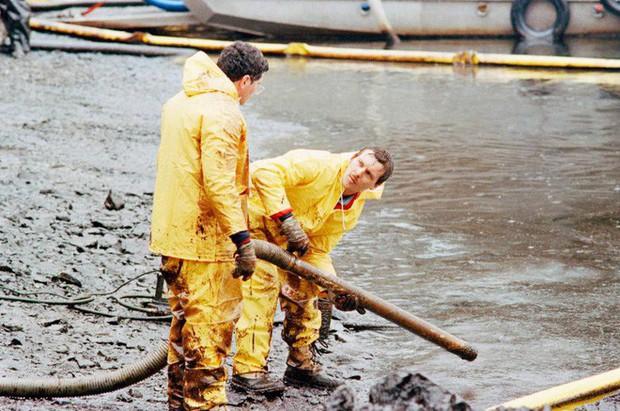 Sau 30 năm, những bức ảnh từ thảm họa tràn dầu Exxon Valdez vẫn còn gây ám ảnh - Ảnh 8.