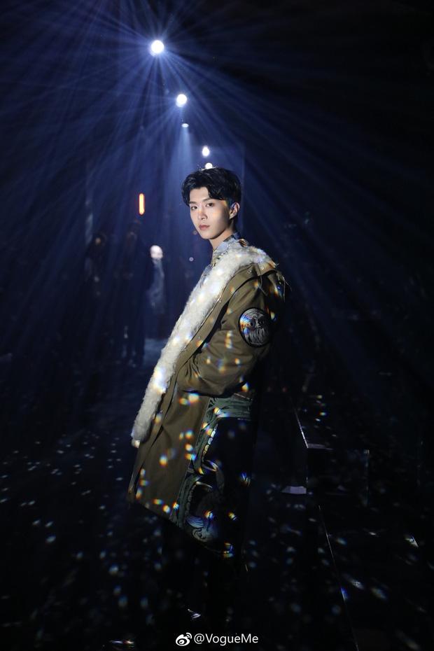 """Ngày """"em hơn chị"""" đã đến: Em trai Phạm Băng Băng cao vượt mặt đàn chị, điển trai ngời ngời tại show Givenchy - Ảnh 4."""
