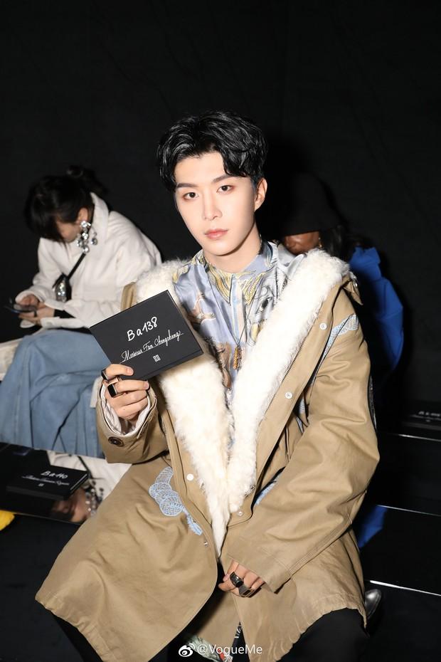 """Ngày """"em hơn chị"""" đã đến: Em trai Phạm Băng Băng cao vượt mặt đàn chị, điển trai ngời ngời tại show Givenchy - Ảnh 2."""