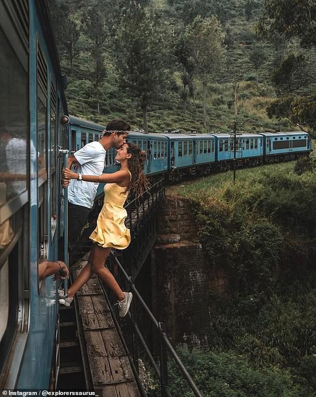 Đu người trên xe lửa chụp ảnh sống ảo, cặp đôi blogger du lịch bị cộng đồng mạng ném đá kịch liệt - Ảnh 1.