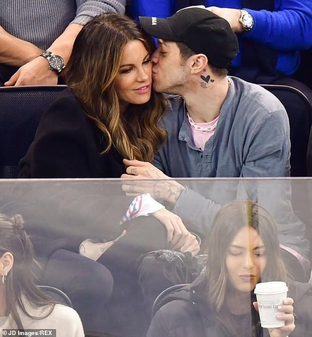 Chồng hụt của Ariana Grande say mê thực hiện hành vi trao đổi chất với máy bay hơn 20 tuổi trên khán đài - Ảnh 2.