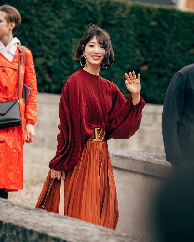Cắt tóc ngắn và lên đồ sành điệu, Park Shin Hye khiến các fan choáng ngợp với màn lột xác đẳng cấp tại show Valentino - Ảnh 2.