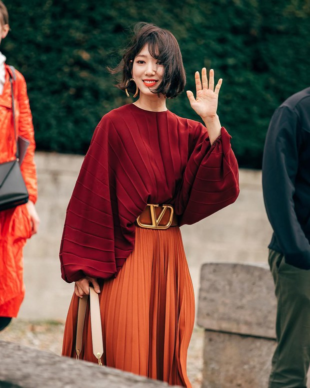 Cắt tóc ngắn và lên đồ sành điệu, Park Shin Hye khiến các fan choáng ngợp với màn lột xác đẳng cấp tại show Valentino - Ảnh 1.