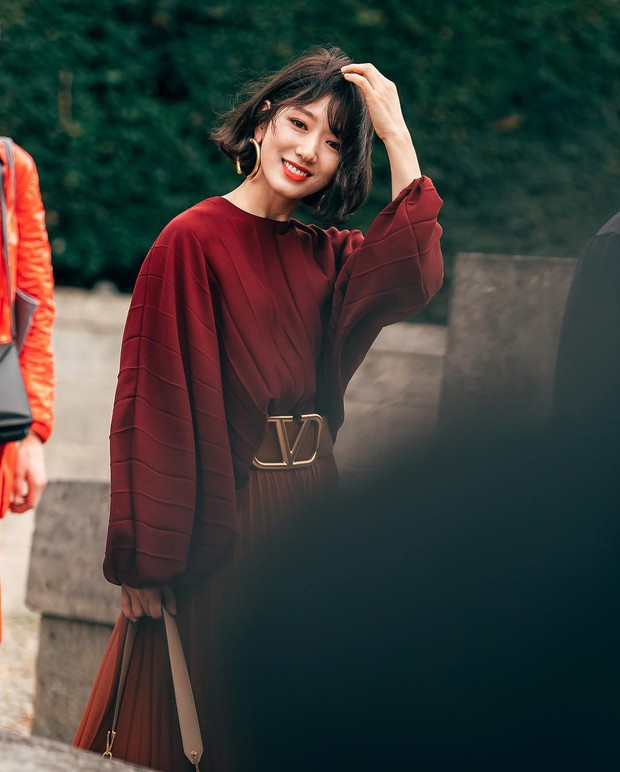 Cắt tóc ngắn và lên đồ sành điệu, Park Shin Hye khiến các fan choáng ngợp với màn lột xác đẳng cấp tại show Valentino - Ảnh 4.