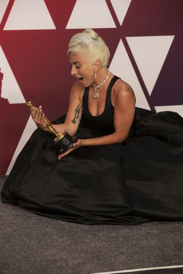 Lady Gaga và loạt biểu cảm quá đà này xứng đáng giành thêm một giải Oscar nữa - Ảnh 4.
