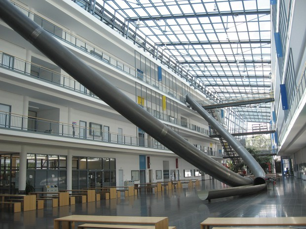 Trường Đại học sáng tạo đỉnh cao với cầu thang trượt Parabol từ tầng 4 xuống tầng 1 giúp sinh viên di chuyển dễ dàng - Ảnh 5.