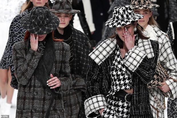 Nhiều tiếng khóc thút thít vang lên trên đường băng của show Chanel - nơi thiếu vắng bóng dáng ngài Karl - Ảnh 5.