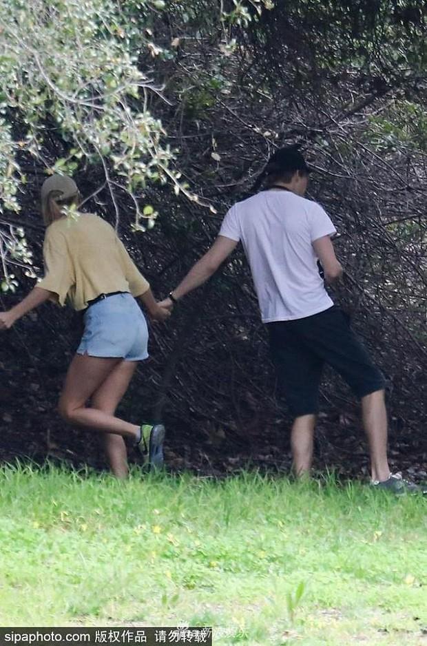 Bị paparazzi làm phiền, Taylor Swift nắm tay bạn trai chui tọt vào rừng trốn - Ảnh 4.