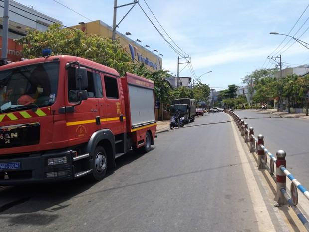 2 căn nhà ở Sài Gòn bất ngờ bị cháy rụi rồi đổ sập, gia chủ đến hiện trường gào khóc  - Ảnh 1.