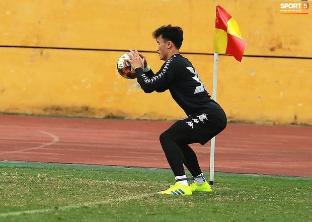Tiến Dũng lặng lẽ tập hồi phục một mình trong ngày được triệu tập lên U23 Việt Nam  - Ảnh 3.