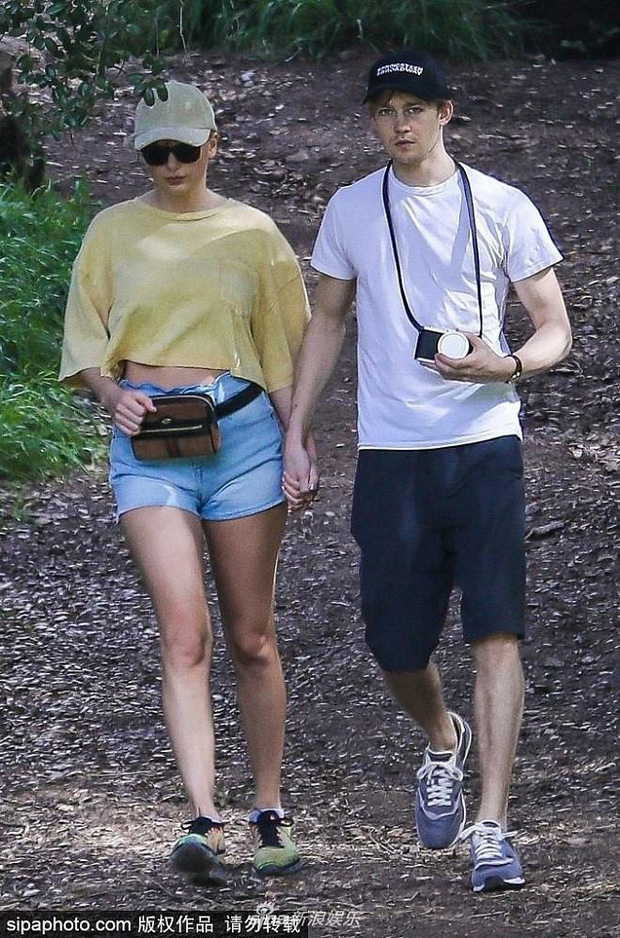 Bị paparazzi làm phiền, Taylor Swift nắm tay bạn trai chui tọt vào rừng trốn - Ảnh 1.