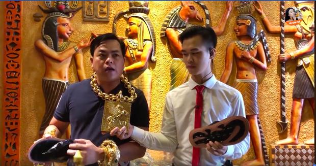 """""""Đại gia vàng"""" nổi tiếng Sài Thành khoe sản xuất 500 đôi dép đính vàng với giá 5 triệu đồng/đôi để lấy tiền làm từ thiện - Ảnh 2."""