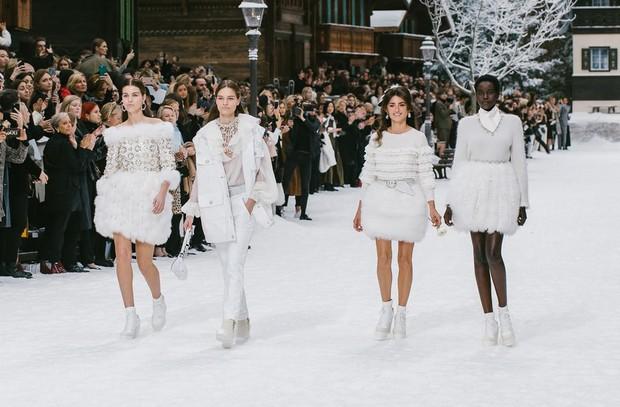 Nhiều tiếng khóc thút thít vang lên trên đường băng của show Chanel - nơi thiếu vắng bóng dáng ngài Karl - Ảnh 4.