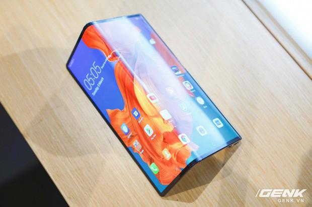 Huawei Mate X đầu tiên về Việt Nam: Soi gương cực nhanh, có chỗ giấu tiền và giá thì có 60 triệu - Ảnh 1.
