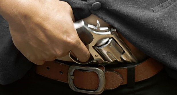 Đã tàng trữ súng trái phép lại còn không biết dùng, thanh niên Mỹ vô tình tự bắn rơi của quý - Ảnh 1.