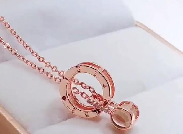 Gợi ý quà 8/3: Nói nghìn lời yêu cũng không bằng bỏ tiền mua dây chuyền tỏ tình trăm kiểu - Ảnh 3.