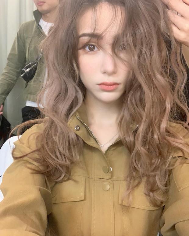 Giờ đi đâu cũng thấy chị em để tóc xoăn sóng nước, và đây là cách chưa tốn 7 phút giúp bạn hoàn thiện kiểu tóc này - Ảnh 3.