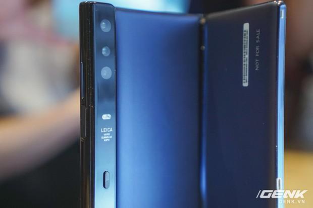 Huawei Mate X đầu tiên về Việt Nam: Soi gương cực nhanh, có chỗ giấu tiền và giá thì có 60 triệu - Ảnh 13.