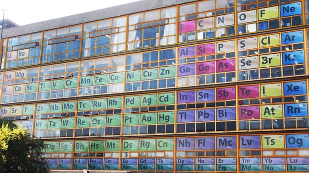 IQ vô cực: Sợ sinh viên quên kiến thức, trường trang trí tất cả cửa số là bảng tuần hoàn hoá học - Ảnh 2.