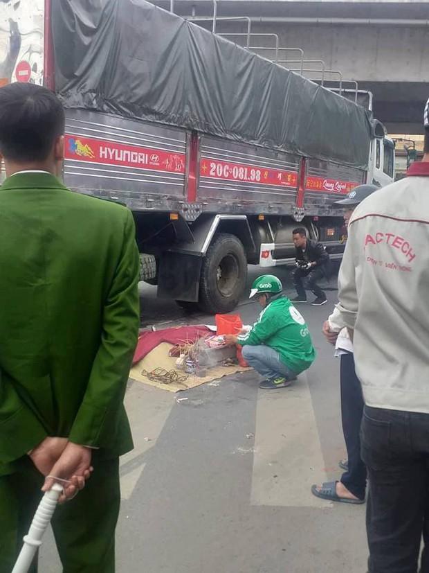 Hà Nội: Va chạm với chiếc xe tải chạy cùng chiều, người đàn ông tử vong thương tâm, thi thể không còn nguyên vẹn - Ảnh 1.