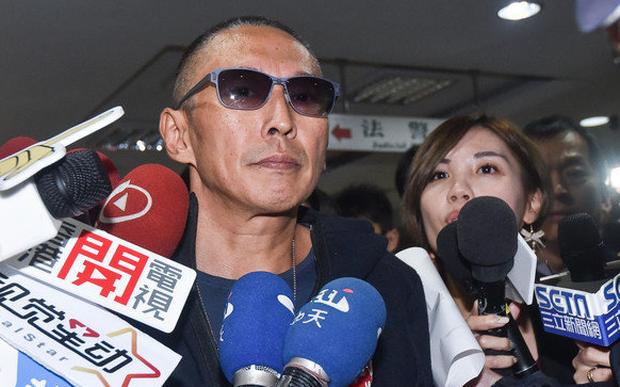 Chuyện thật như đùa: Nam diễn viên Bao Thanh Thiên tươi rói đạp xe tới dự phiên tòa vì tội danh cưỡng dâm - Ảnh 1.