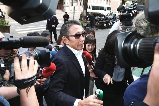 Chuyện thật như đùa: Nam diễn viên Bao Thanh Thiên tươi rói đạp xe tới dự phiên tòa vì tội danh cưỡng dâm - Ảnh 6.
