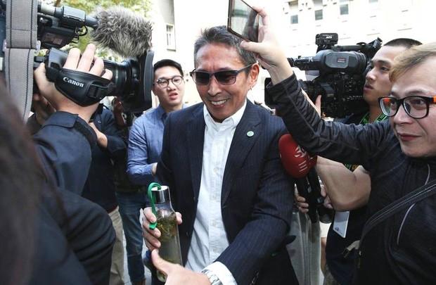 Chuyện thật như đùa: Nam diễn viên Bao Thanh Thiên tươi rói đạp xe tới dự phiên tòa vì tội danh cưỡng dâm - Ảnh 7.
