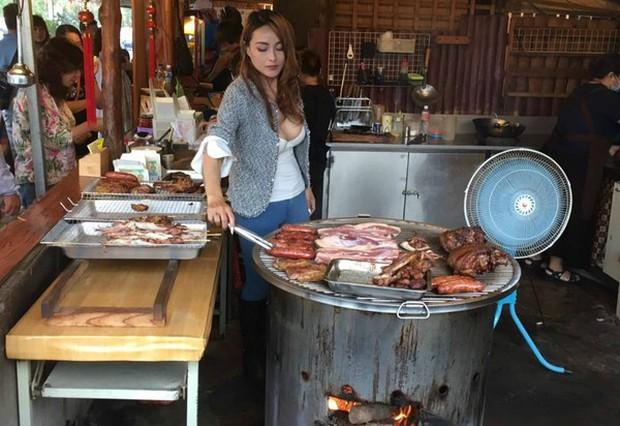 Cô chủ quán thịt lợn vừa xinh vừa sexy trên núi Alishan khiến du khách nườm nượp rủ nhau đến xem mặt - Ảnh 1.
