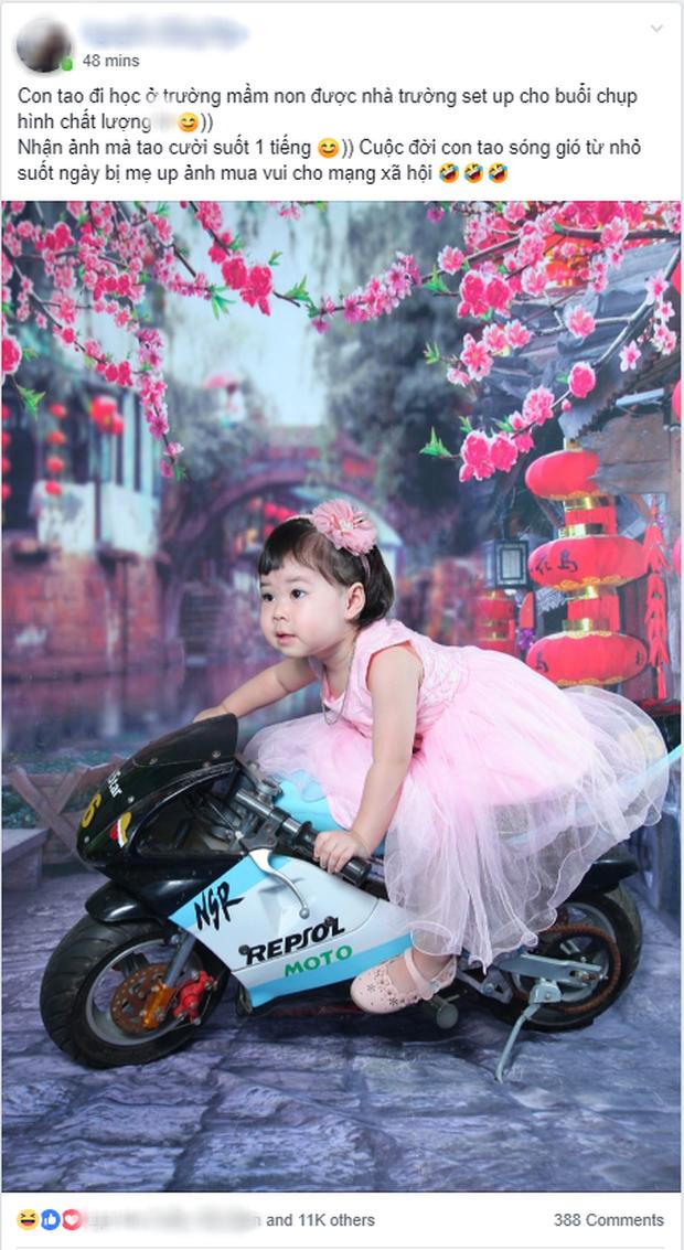 Mặc váy công chúa bánh bèo nhưng cô bé lại được tạo dáng như tay đua xe chuyên nghiệp khiến dân mạng cười ngất - Ảnh 1.