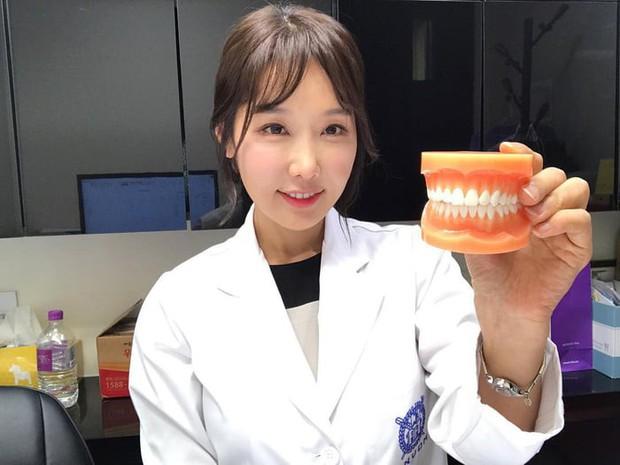 Nữ nha sĩ Hàn Quốc 50 tuổi vẫn trẻ trung xinh đẹp đến khó tin - Ảnh 1.