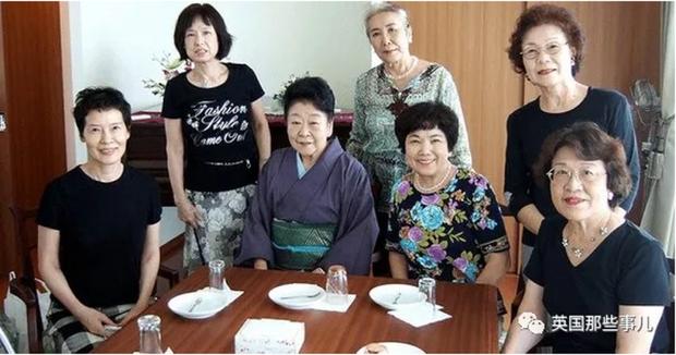 7 cụ bà độc thân rủ nhau về chung một nhà, từng chông chênh vì không chồng nhưng rồi nhận ra phụ nữ mới mang lại hạnh phúc cho nhau - Ảnh 1.