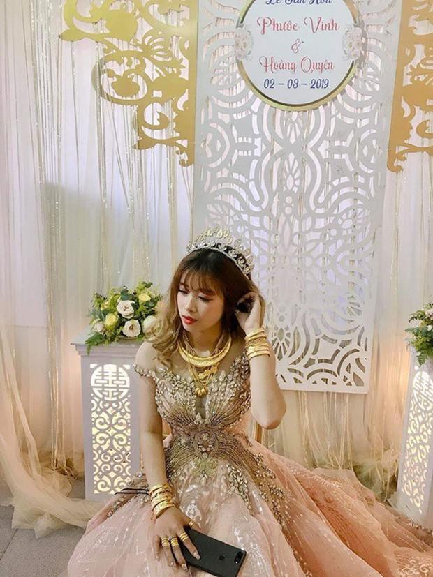 Hình ảnh cô dâu đeo vàng trĩu người khiến dân mạng hài hước xuýt xoa: Lấy chồng đúng là một gánh nặng! - Ảnh 2.