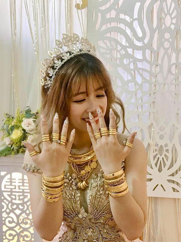 Hình ảnh cô dâu đeo vàng trĩu người khiến dân mạng hài hước xuýt xoa: Lấy chồng đúng là một gánh nặng! - Ảnh 3.