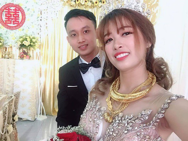 Hình ảnh cô dâu đeo vàng trĩu người khiến dân mạng hài hước xuýt xoa: Lấy chồng đúng là một gánh nặng! - Ảnh 1.