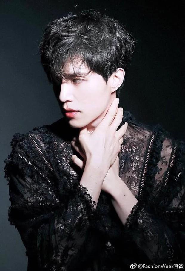 Môi đỏ, áo ren, Lee Dong Wook lên đồ sương sương mà tưởng hóa bạch tuyết, nhưng sao càng ngắm càng thấy sai? - Ảnh 3.