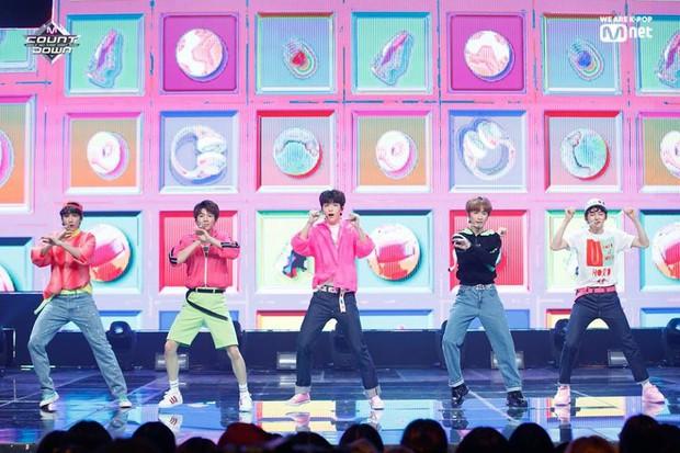 TXT lần đầu quảng bá ở show âm nhạc: Được BTS cổ vũ tinh thần nhưng lại bị công ty dìm hàng - Ảnh 4.
