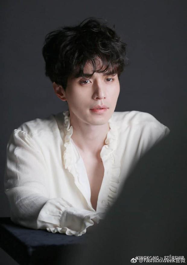 Môi đỏ, áo ren, Lee Dong Wook lên đồ sương sương mà tưởng hóa bạch tuyết, nhưng sao càng ngắm càng thấy sai? - Ảnh 6.