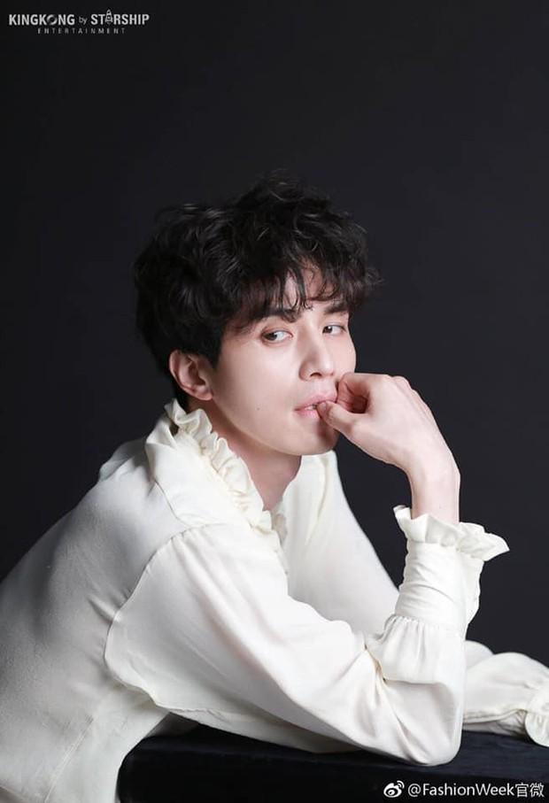 Môi đỏ, áo ren, Lee Dong Wook lên đồ sương sương mà tưởng hóa bạch tuyết, nhưng sao càng ngắm càng thấy sai? - Ảnh 8.