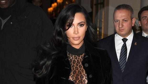 Kim Kardashian xuống phố mà như chỉ mặc nội y: Không có sexy nhất, chỉ có sexy hơn - Ảnh 1.