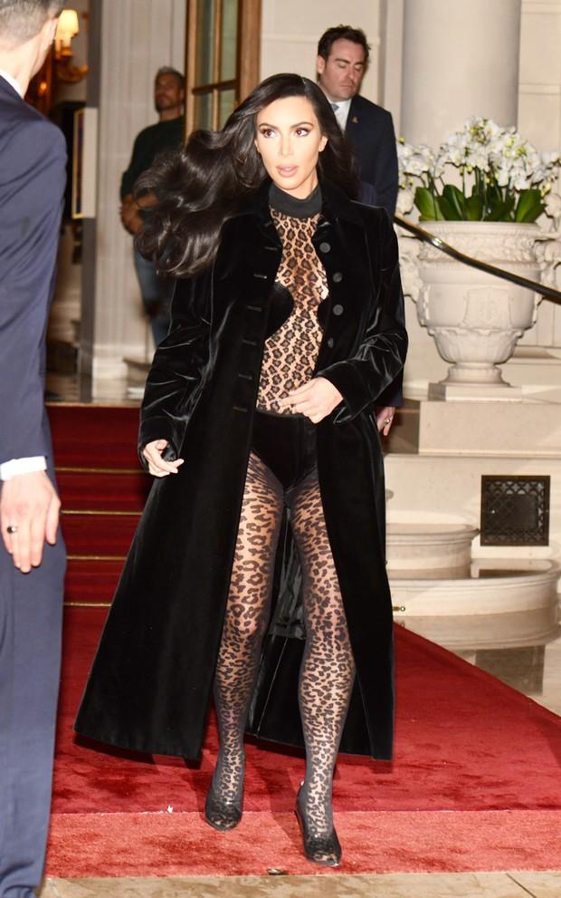 Kim Kardashian xuống phố mà như chỉ mặc nội y: Không có sexy nhất, chỉ có sexy hơn - Ảnh 3.