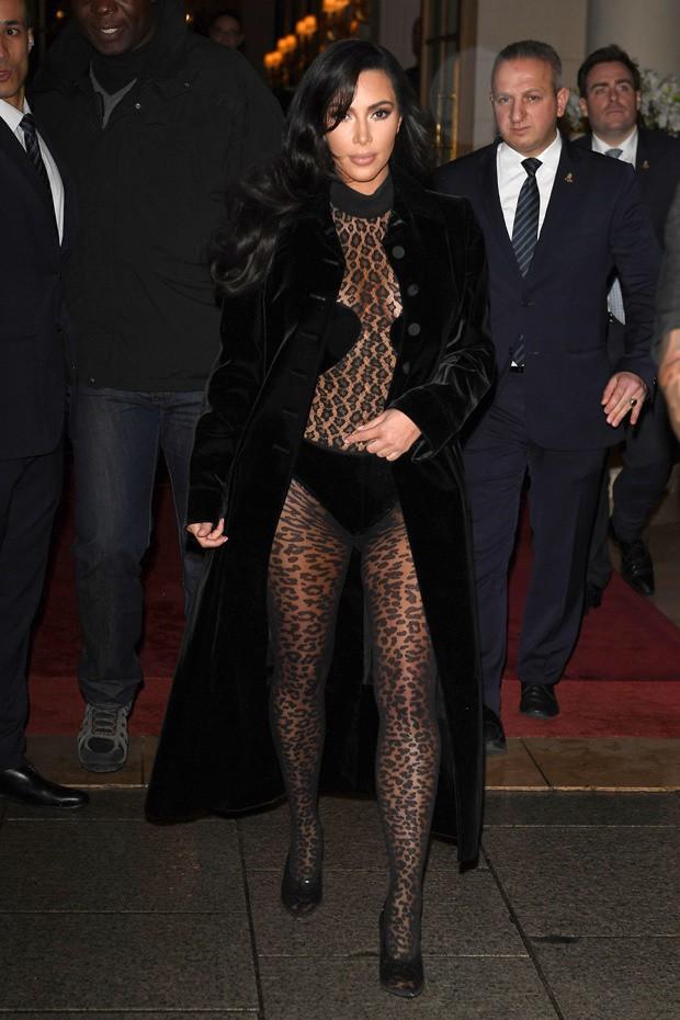 Kim Kardashian xuống phố mà như chỉ mặc nội y: Không có sexy nhất, chỉ có sexy hơn - Ảnh 2.