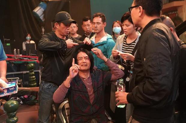 Châu Nhuận Phát gặp tai nạn chảy máu đầu tung toé giữa phim trường, nhưng điều mà netizen Trung phản ứng mới bất ngờ - Ảnh 4.