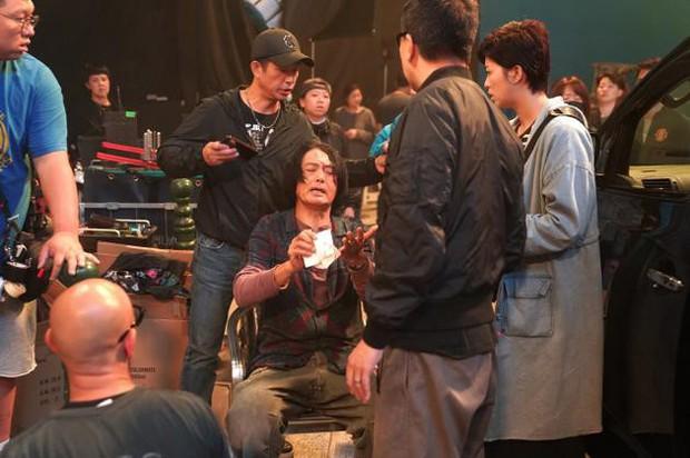 Châu Nhuận Phát gặp tai nạn chảy máu đầu tung toé giữa phim trường, nhưng điều mà netizen Trung phản ứng mới bất ngờ - Ảnh 2.