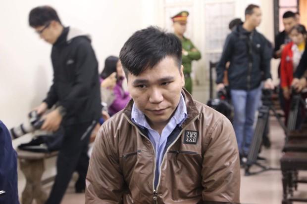 Xét xử ca sĩ Châu Việt Cường: Mẹ cô gái bị nhét tỏi mang di ảnh con đến tòa, khóc nức nở - Ảnh 3.