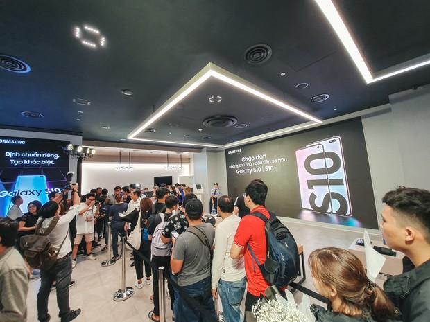 Hôm nay Galaxy S10 mở bán: Hoa hậu cũng đến mua, fan xếp hàng dài chờ lấy máy - Ảnh 3.