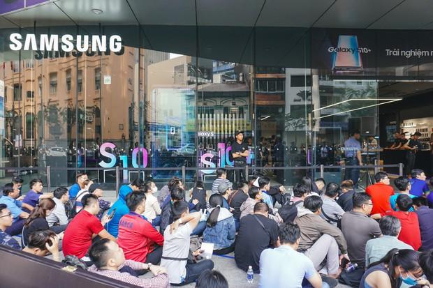 Hôm nay Galaxy S10 mở bán: Hoa hậu cũng đến mua, fan xếp hàng dài chờ lấy máy - Ảnh 2.