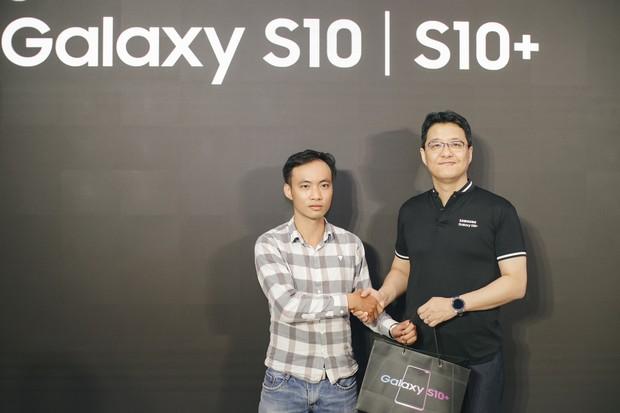 Hôm nay Galaxy S10 mở bán: Hoa hậu cũng đến mua, fan xếp hàng dài chờ lấy máy - Ảnh 5.