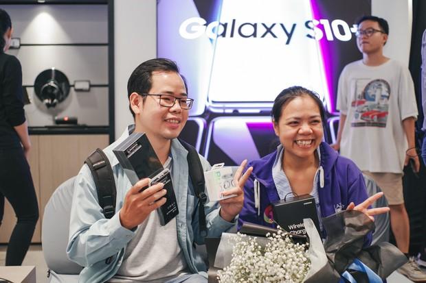 Hôm nay Galaxy S10 mở bán: Hoa hậu cũng đến mua, fan xếp hàng dài chờ lấy máy - Ảnh 6.